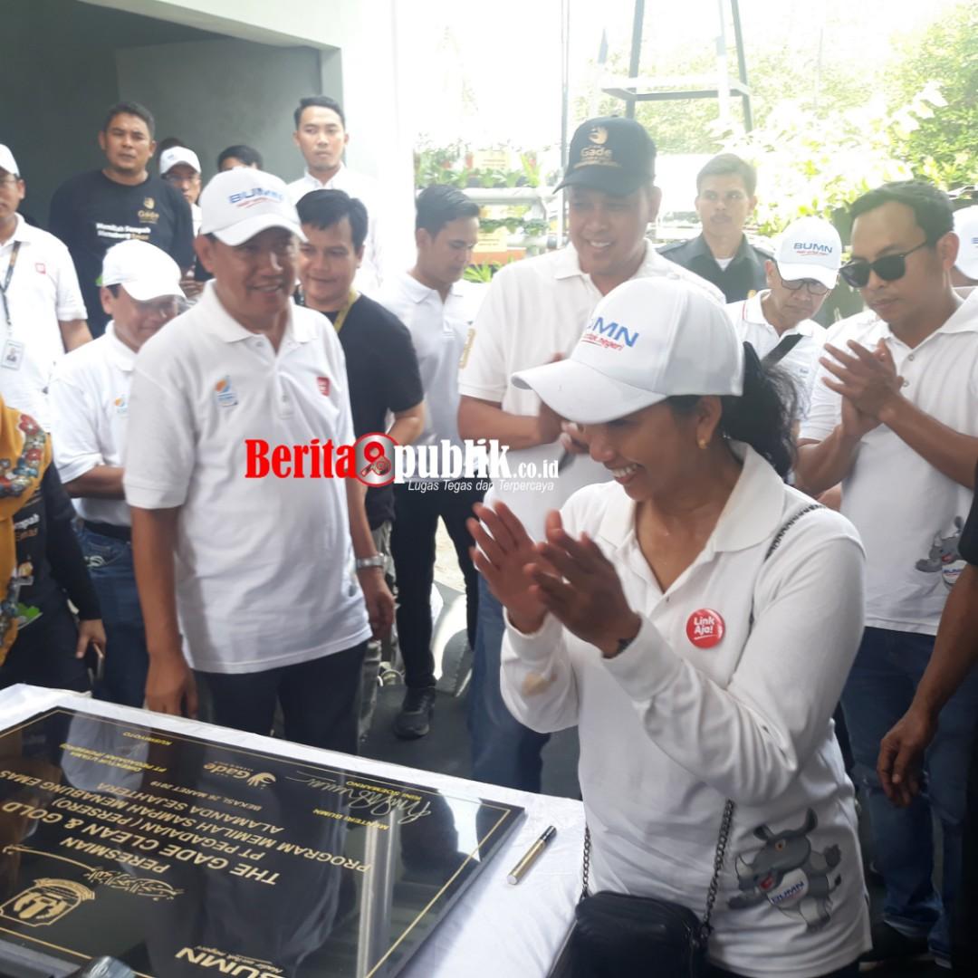 Menteri BUMN RI, Rini Mariani Soemarno bersama Wakil Walikota Bekasi, Tri Adhianto Dukung Pelatihan Memilah Sampah Menabung Emas NasabahMekar