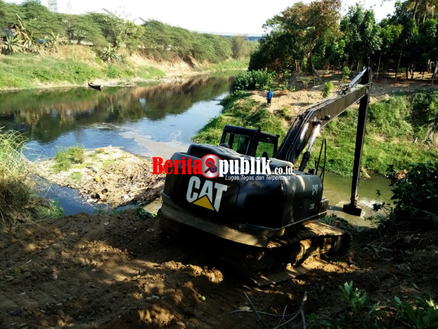 Pengerukan sedimen menggunakan becho dari BBWSCC dan KP2C dibantu Unsur TNI Kodam Siliwangi.