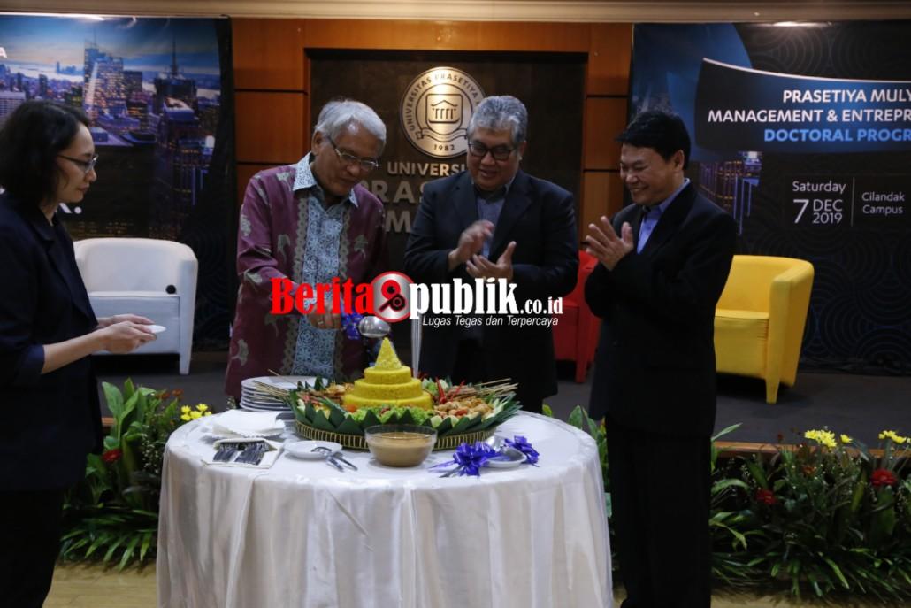 Rektor dr Prasmul Prof. Dr. Djisman S. Simanjuntak memotong tumpeng saat peluncuran program Doktor Manajemen dan Kewirausahaan di Kampus Cilandak Universitas Prasetya Mulya pada Sabtu (7/12).