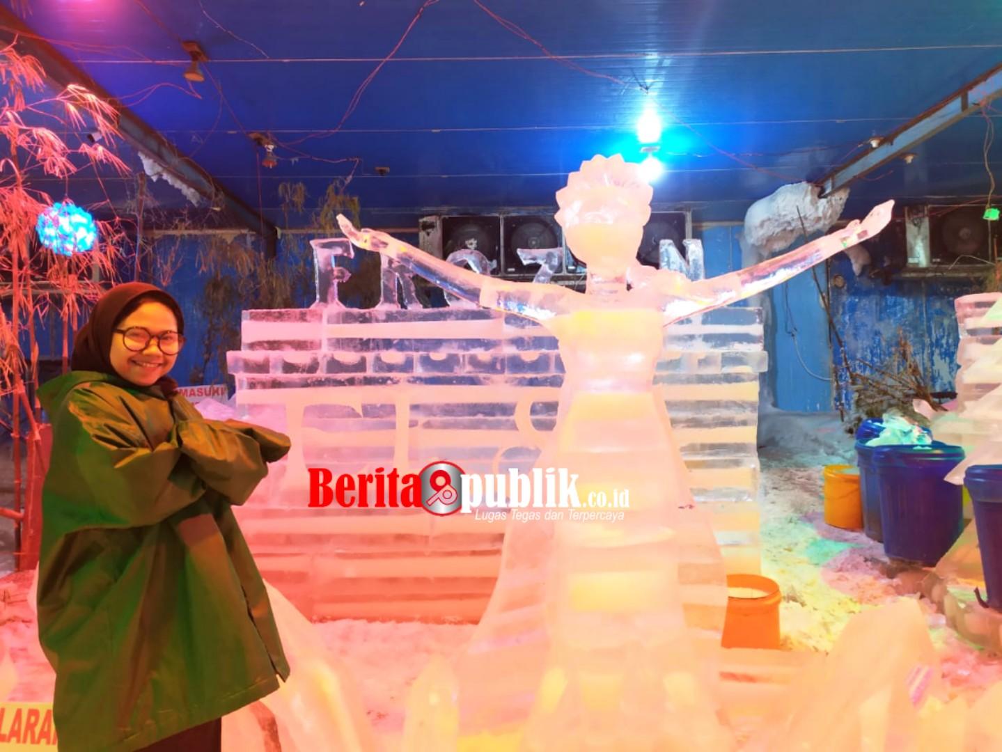 Salah satu Pengunjung sedang menikmati wahana Snow World International di Revo Town.