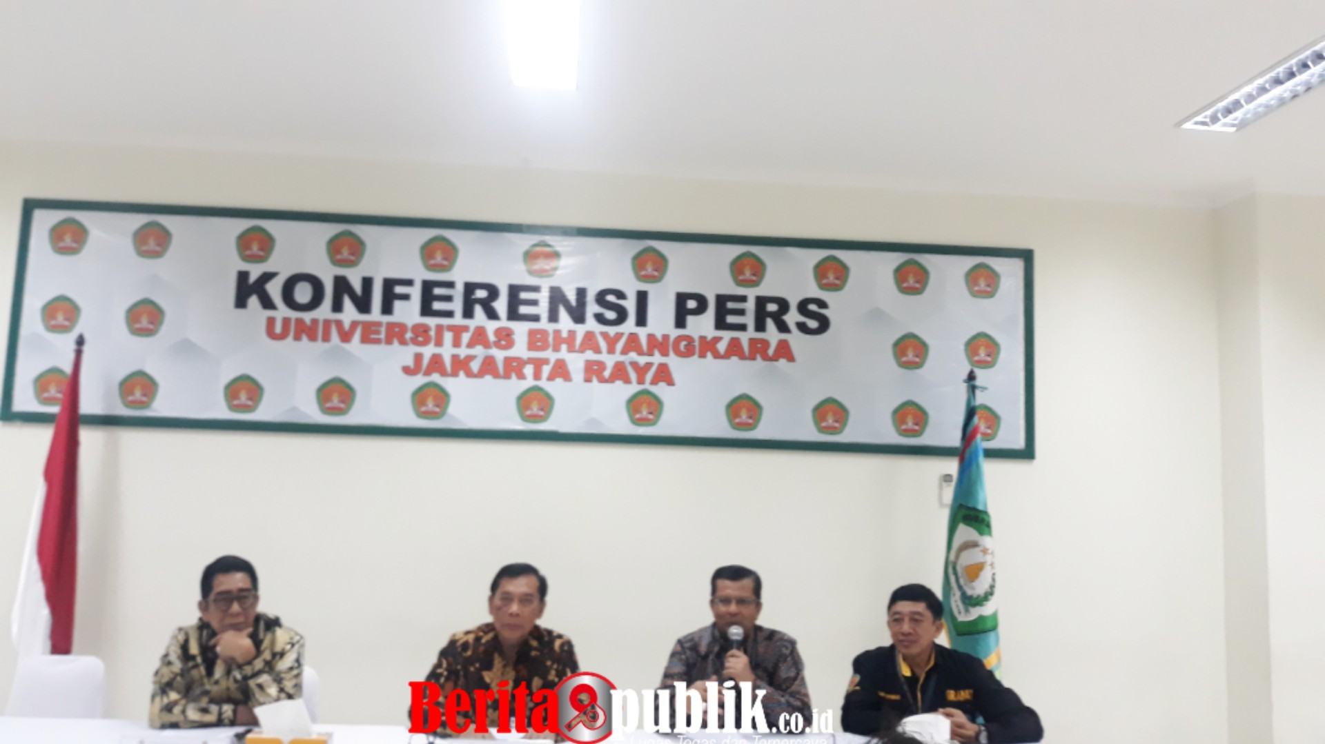 Rektor Universitas Kampus Bhayangkara Jakarta Raya Bambang Karsono (Tengah)Saat Memberikan Keterangan Kepada Awak Media.