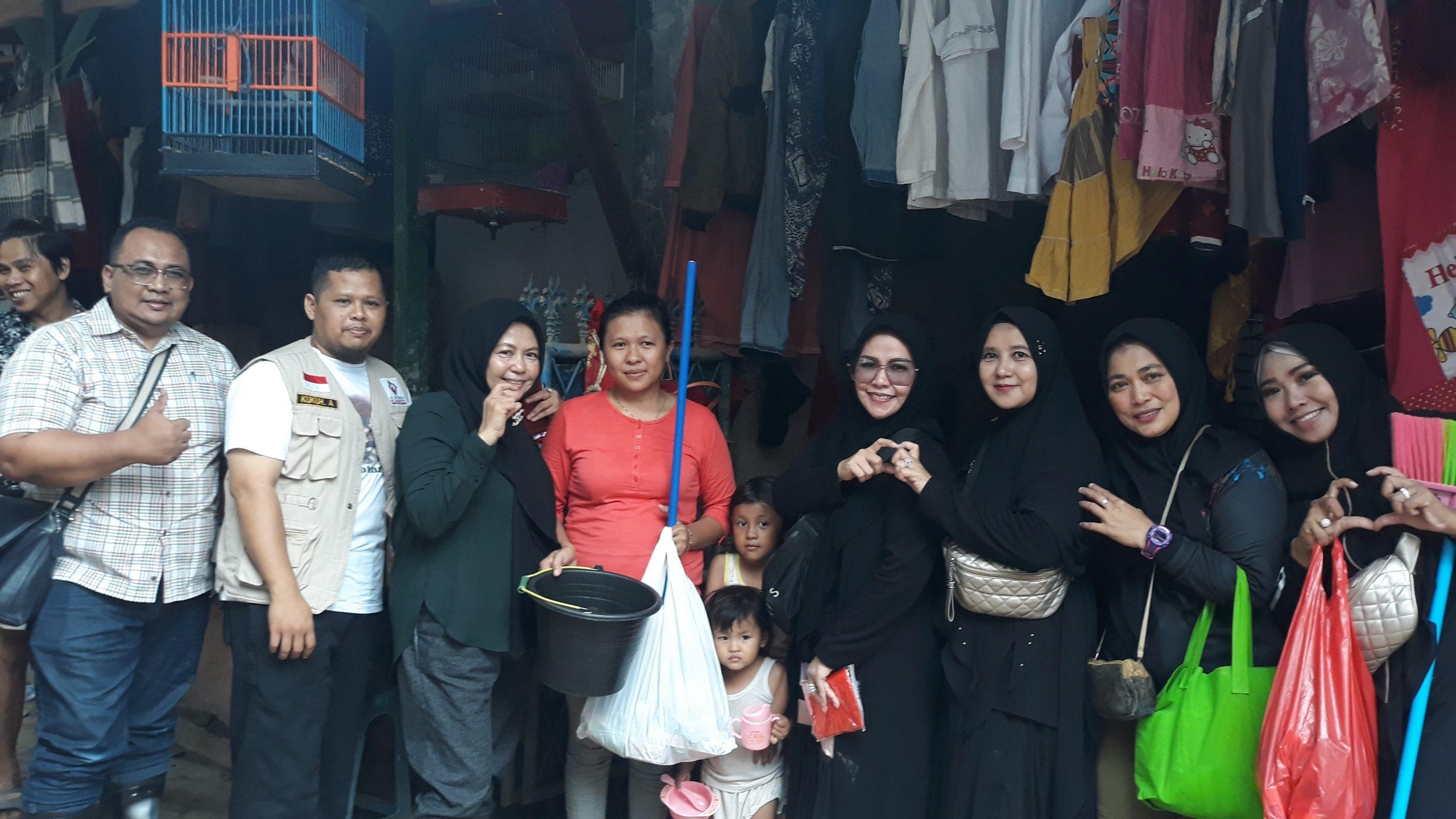 One Heart Muslimah Community Peduli Korban Banjir di Jabodetabek Helat Bakti Sosial di Kampung Lengkak, RT 004/008, Keluharan Bekasi Jaya, Kecamatan Bekasi Timur.