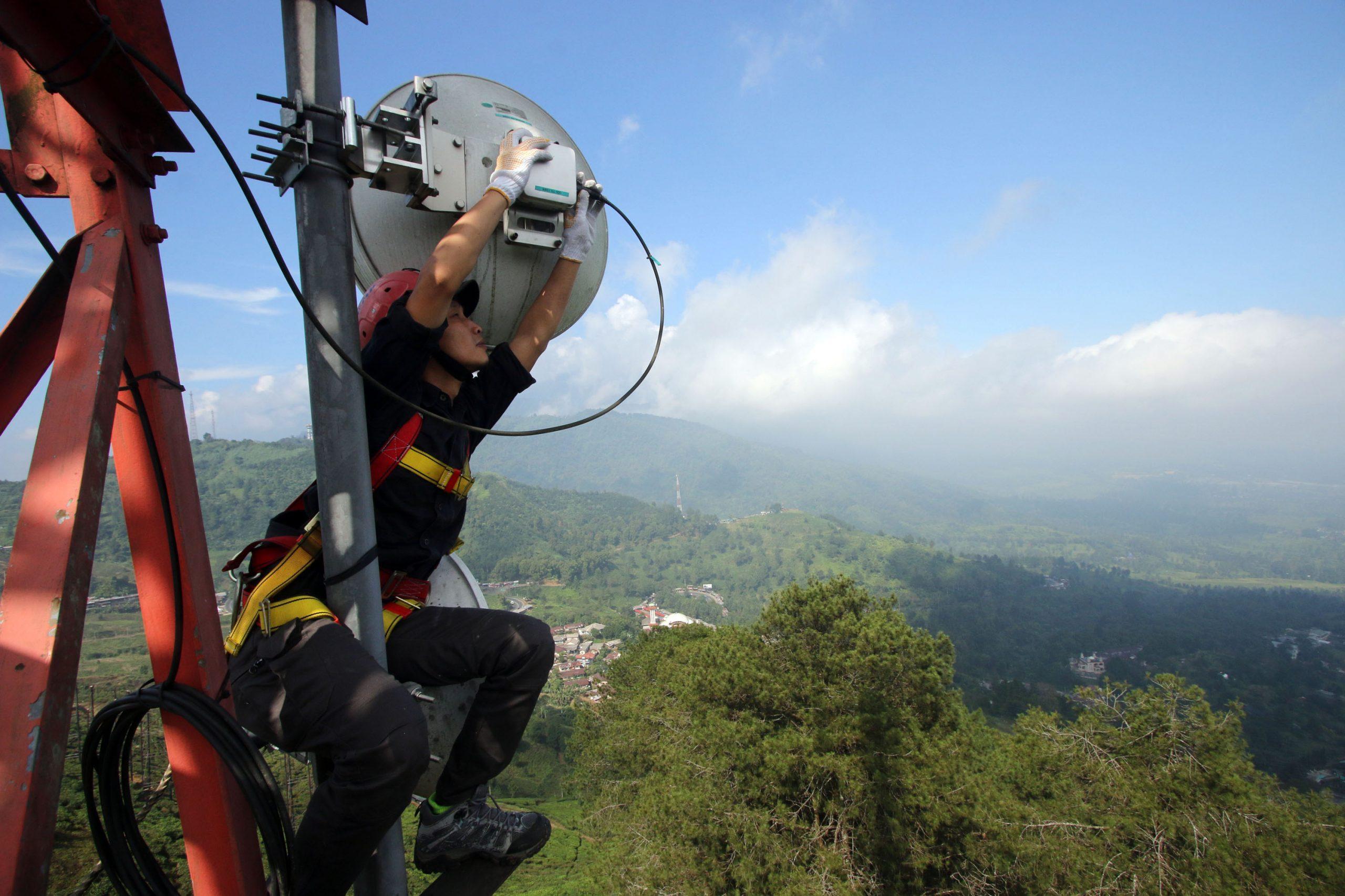 Keterangan Foto : Teknisi sedang melakukan perawatan rutin perangkat di BTS XL Axiata di wilayah Puncak, Bogor, Jawa Barat.