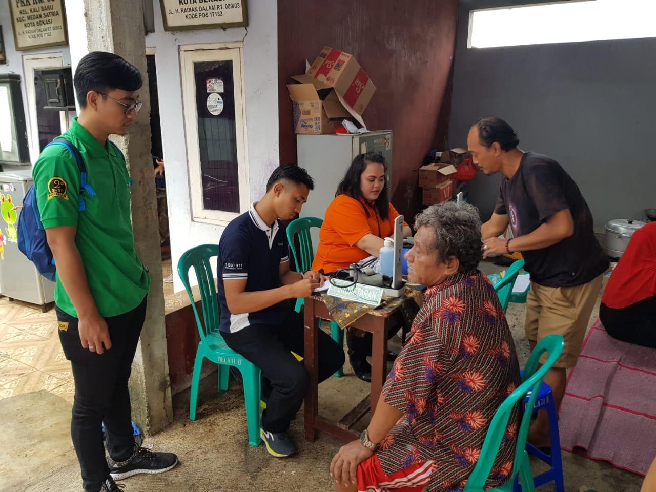 """Penyediaan """"Posko Pelayanan Kesehatan"""" di beberapa lokasi akibat banjir."""