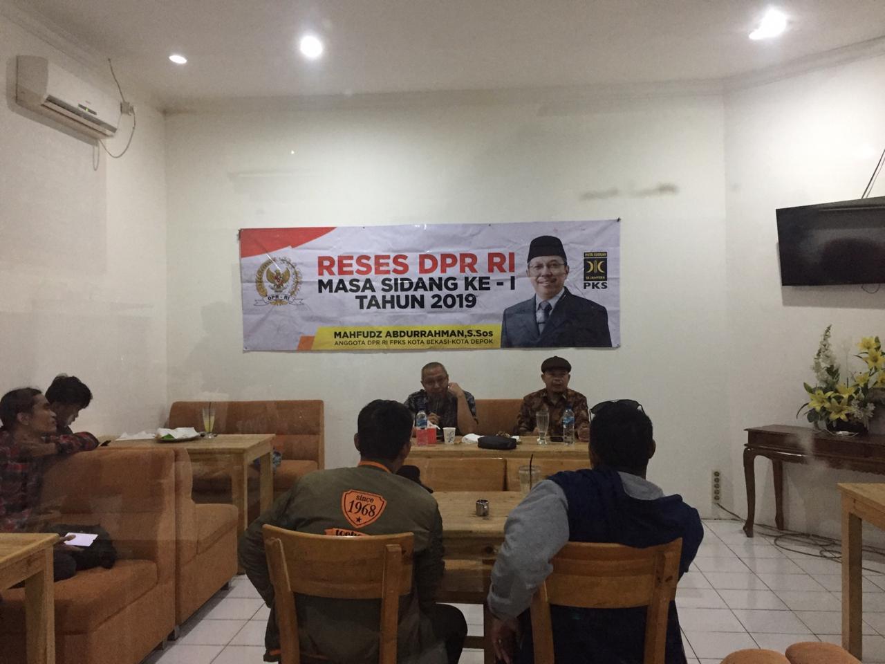 Foto Caption : Anggota DPR RI, Mahfudz Abdurrahman Partai Keadilan Sejahtera (PKS) Jawa Barat, Dapil Kota Bekasi dan Depok, Komisi VI yang fokus meliputi perdagangan, perindustrian, Koperasi, UKM, BUMN, Investasi dan Standarisasi menggelar Reses DPR RI masa sidang ke-1 tahun 2019 ditemani oleh perwakilan Anggota DPRD Kota Bekasi, Saifuddaulah Fraksi PKS yang berlokasi di Bakoel Sangu. (Nil/Fotografer).