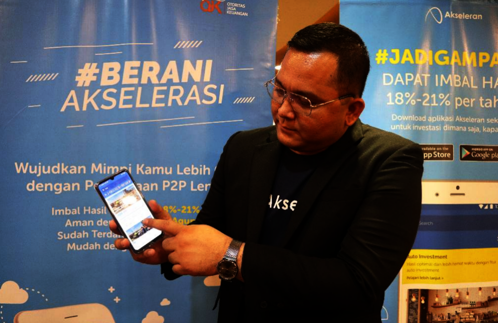 Rimba Laut selaku Senior Vice President Coorporate Communication PT Akseleran Keuangan Inklusif Indonesia sedang Menunjukkan Cara Penggunaan Aplikasi Akseleran di Play Store di HP Android.
