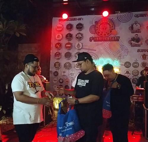 Foto Caption : Ketua Therion DNA Chapter Bekasi Rifki Memberikan Souvenir Kepada Presiden Therion DNA Indonesia Yudi Chank.
