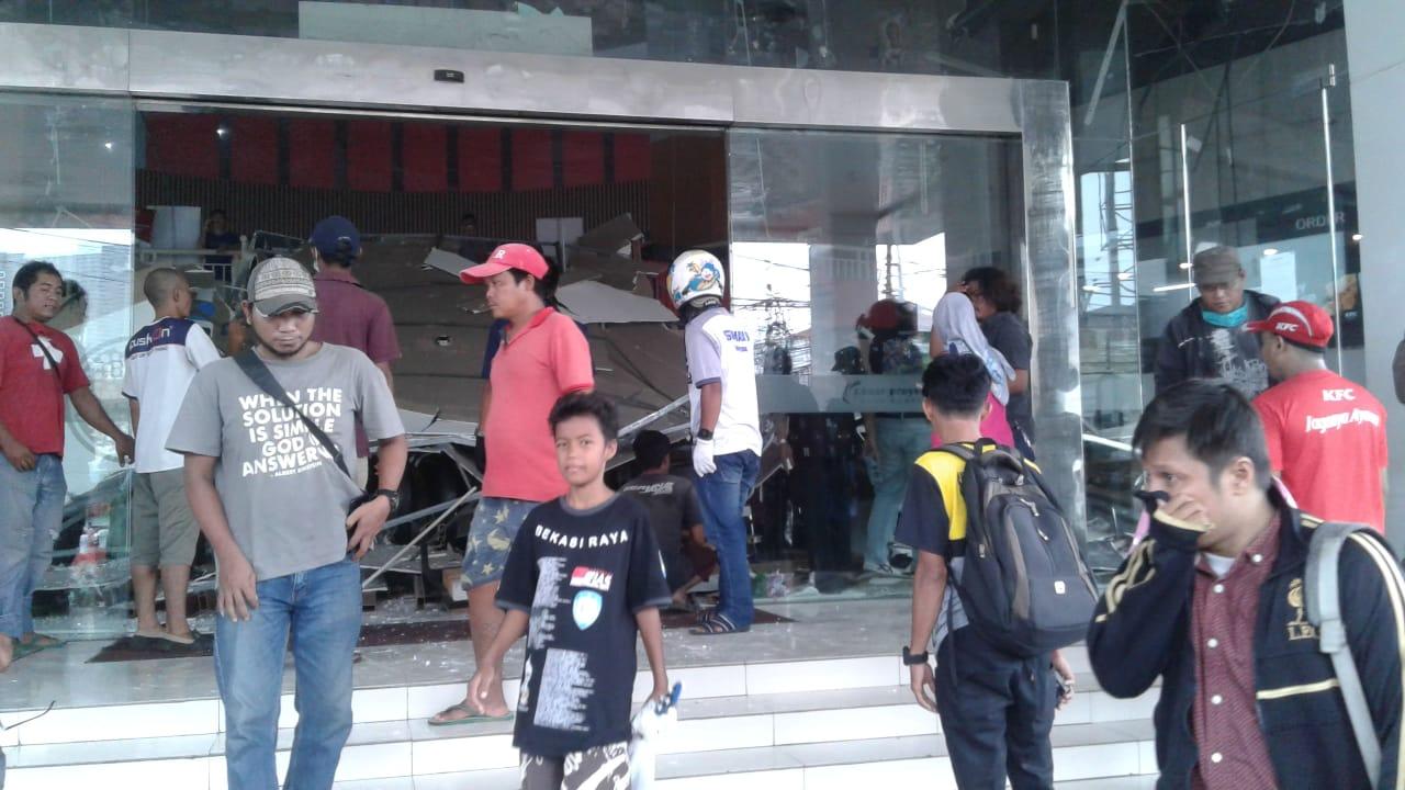 Kondisi Atap Plafon Ramayana Junction Lottemart Ambruk, Jumat, (27/3).