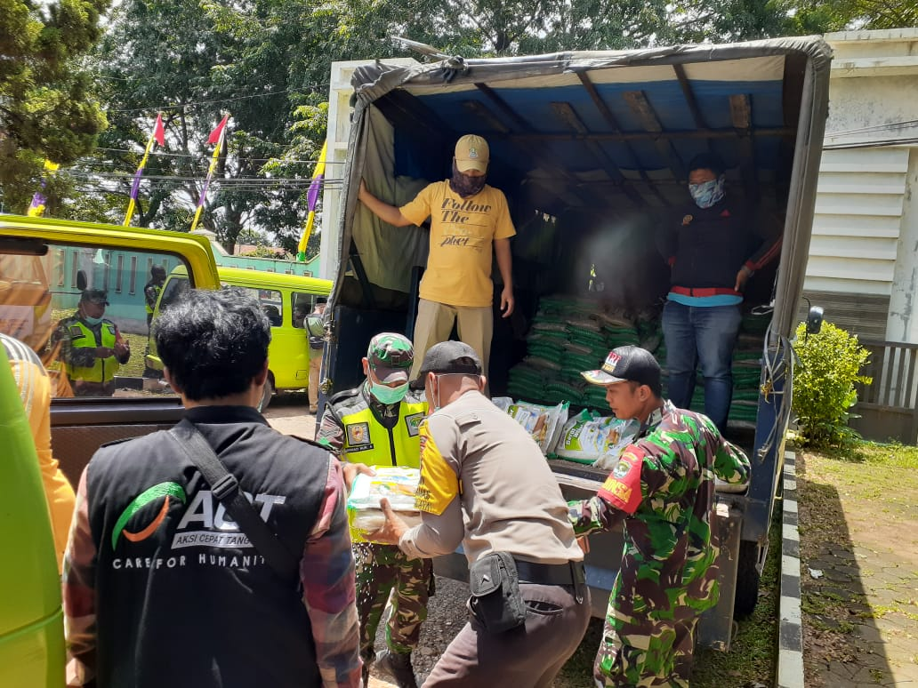 ACT Gandeng TNI Salurkan 14 Ton Beras untuk Warga Bekasi, Kamis, (2/4).