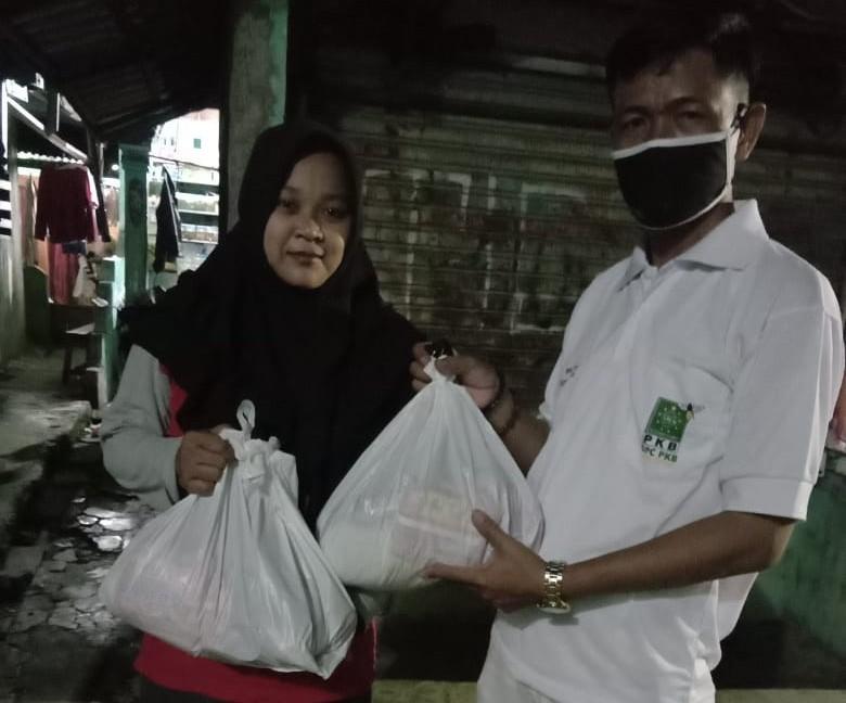 DPC PKB Kota Bekasi dan PKB munggahan berlanjut dengan menghelat canvassing door to door menyalurkan bantuan sembako, masker danHand Sanitizer kepada pejuang rumah tangga yang terdampak Corona Virus Disease 2019 (COVID-19), Selasa (21/4).