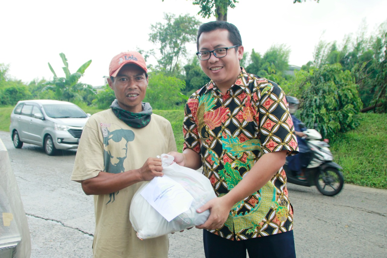 PDAM Tirta Bhagasasi Bekasi Bagikan Ribuan Paket Sembako, Kamis, (23/4).