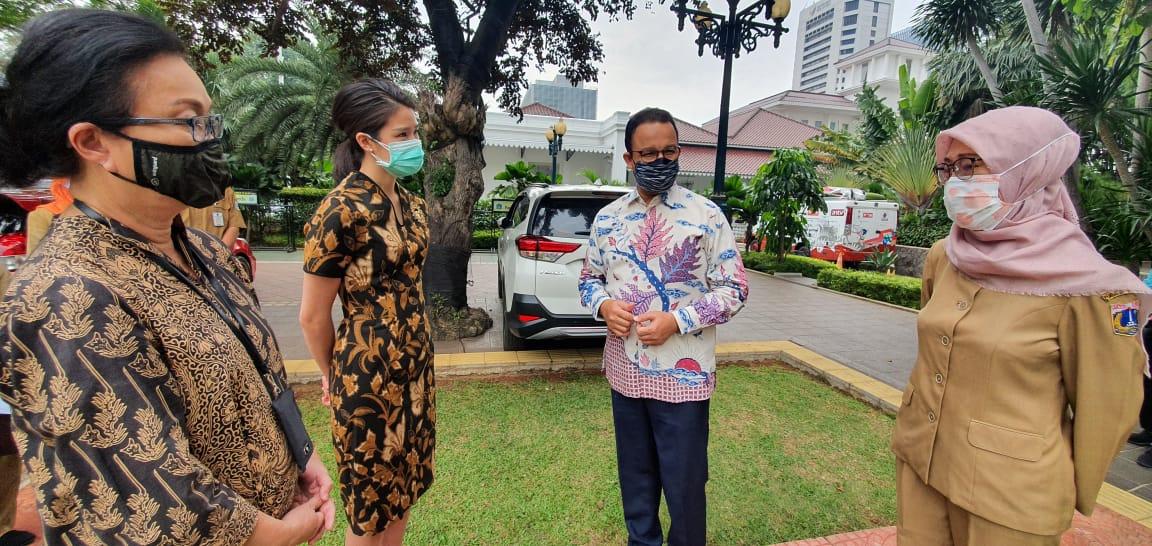RS Siloam memberi penghargaan atas peran 32 RSU DKI Jakarta dengan membagikan 4.400 swabs, VTM, test kit, serta PCR primers dan reagen yang diterima oleh Gubernur DKI Jakarta, Anies Baswedan dan Kepala Dinas Kesehatan DKI Jakarta dr. Widyastuti, MKM, Selasa, (28/4).