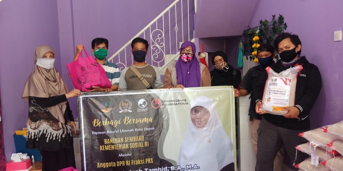 Puluhan jurnalis yang berasal dari Komunitas Media Online Indonesia (Komodo) mendapatkan bantuan sembako di Rumah Aspirasi Nur Azizah Tamhid, Jalan Kemang Sari 1, RT 03/07 Kelurahan Jatibening Baru, Kecamatan Pondokgede, Kota Bekasi, Selasa, (19/5).