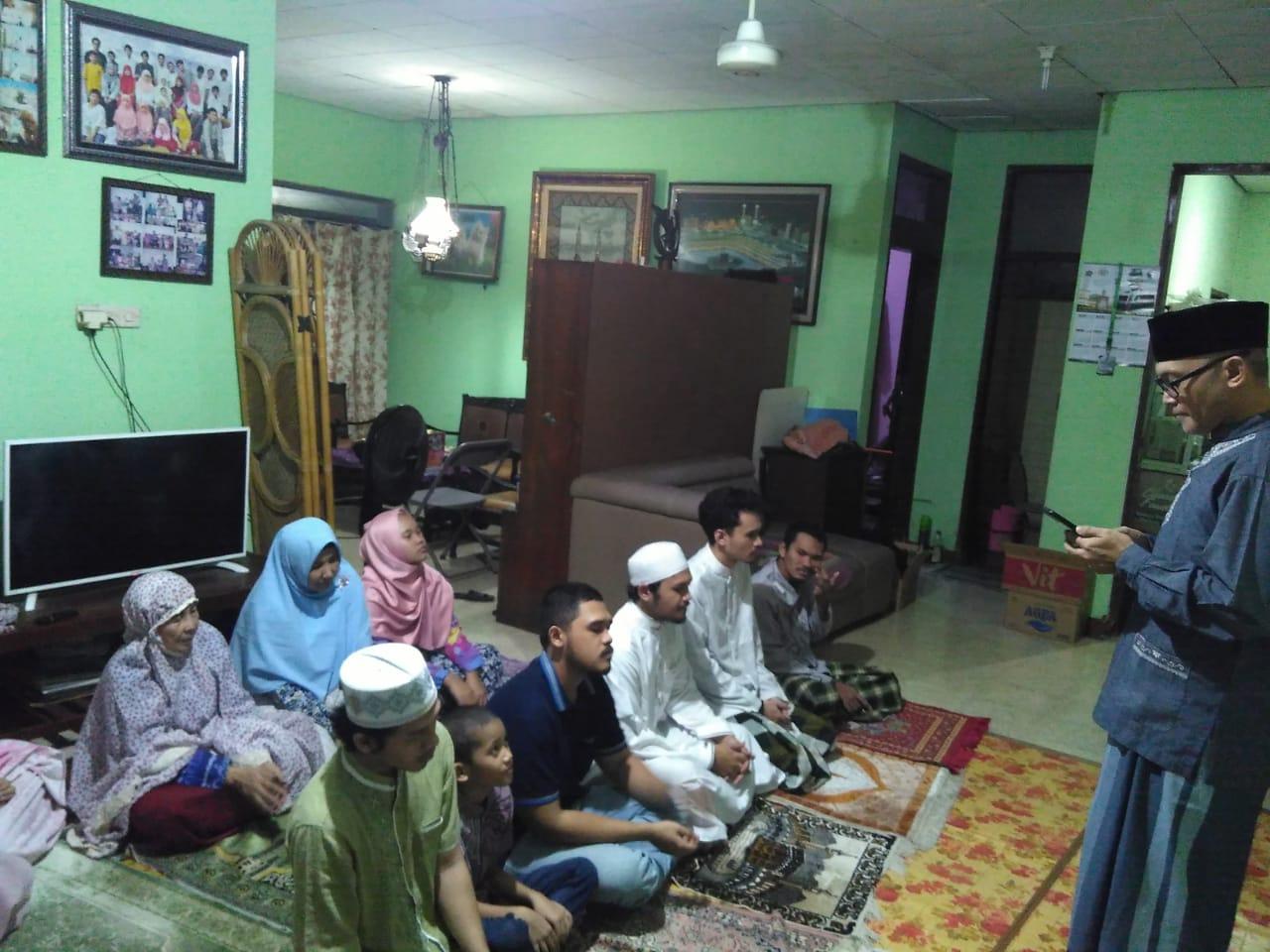 Ketua DPRD kota Bekasi, Chairoman Joewono Putro (CJP) menghelat sholat Iedul Fitri, 1 Syawal 1441 hijriyah bersama keluarganya di rumah, Senin, (25/5).