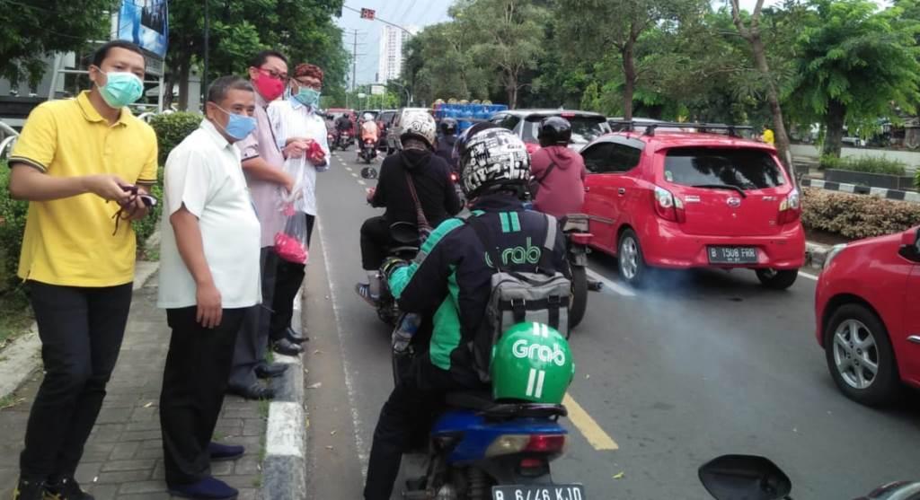 Ketua DPRD Kota Bekasi, Choiruman Joewono Putro Ikut Bagikan Masker kepada Para Pengendara yang Melintas di Jalan Chairil Anwar, Bekasi Timur, Senin, (6/4).