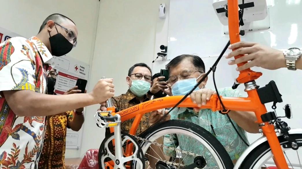 Sepeda Premium Pabrikan London Inggris Banjir Tanda Tangan para Tokoh, dan Ketua Umum PMI Jusuf Kalla dan Sandiaga Uno, (10/8).