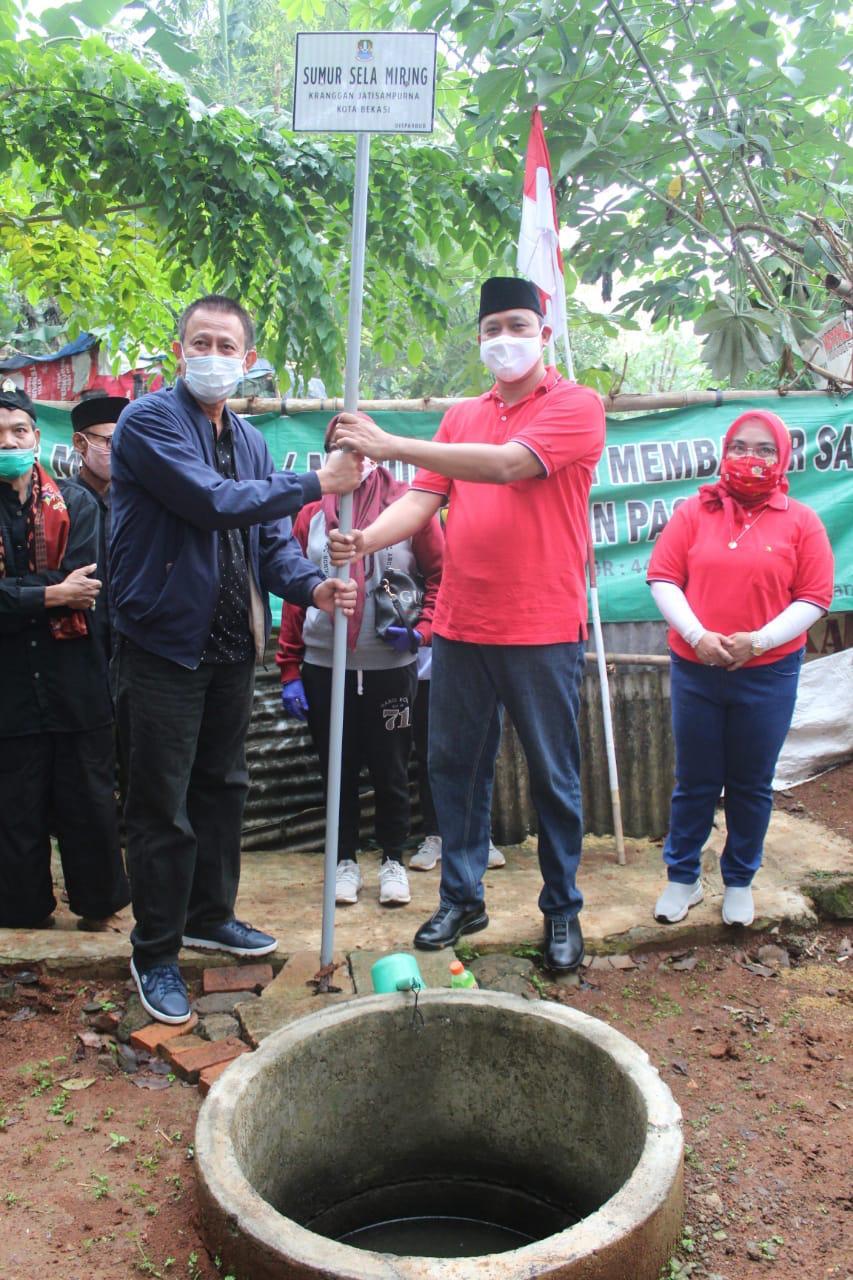 Lestarikan Cagar Budaya, Wakil Walikota Bekasi, Tri Adhianto, Tancapkan Papan Nama Situs 7 Sumur Tua, Jumat, (14/8).