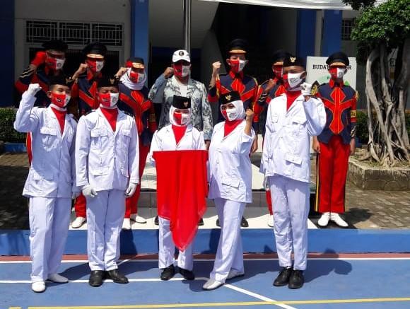 Pengibaran Bendera Merah Putih dalam rangka memperingati HUT Ke-75 Republik Indonesia, Senin, (17/8).