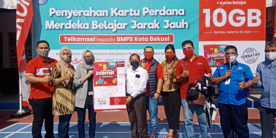 Penyerahan Kartu Perdana Gratis Telkomsel di SMK Binakarya Mandiri 2 Bekasi, Selasa (1/9)