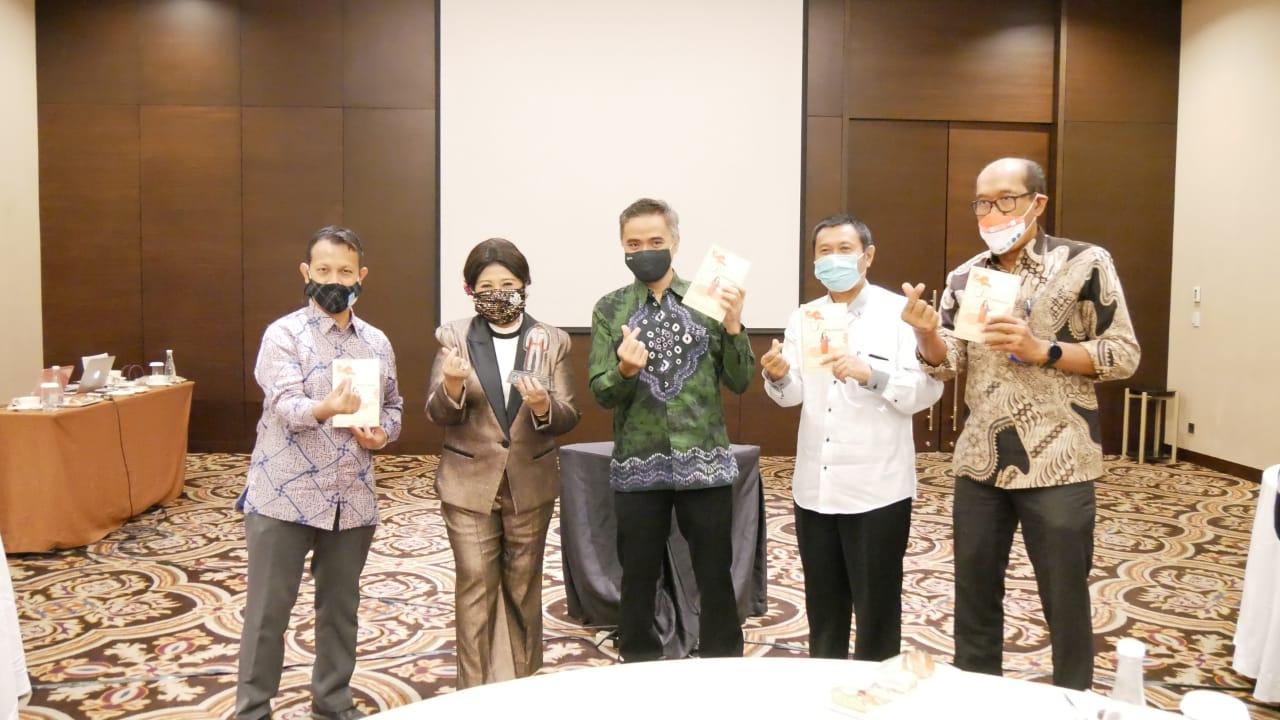 Caption Foto dari kiri ke kanan: Direktur Kemitraan dan Penyelarasan Dunia Usaha dan Dunia Industri, Dr. Ahmad Saufi, S.Si., M.Sc, Ibu Prita Kemal Gani, MBA, MCIPR, APR Selaku Founder & CEO LSPR Communication & Business Institute, Direktur Jenderal Pendidikan Vokasi, Wikan Sakarinto, S.T., M.Sc., Ph.D, Direktur SMK, Dr. Ir. M. Bakrun, M.M, Direktur Kursus dan Pelatihan, Dr. Wartanto, Rabu, (9/9).