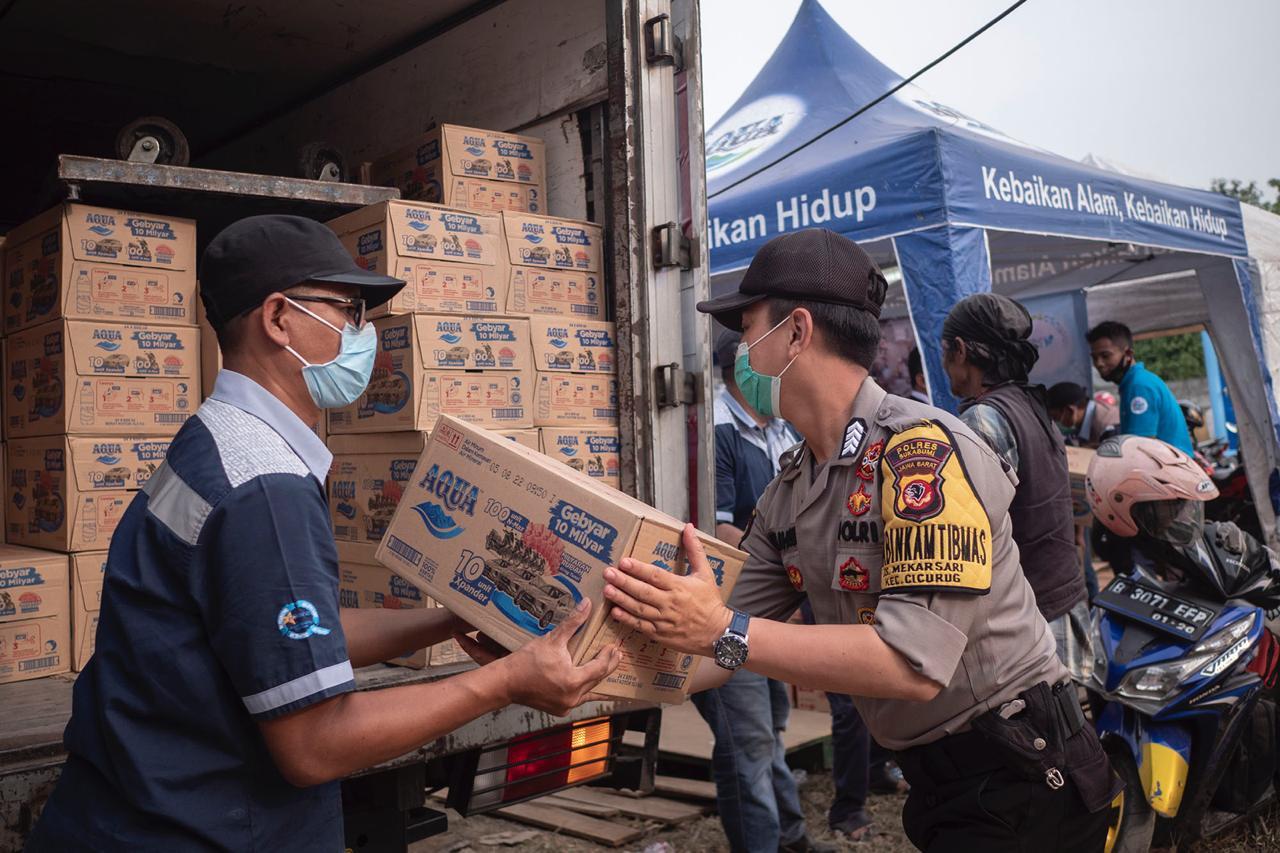 Danone AQUA Salurkan Bantuan untuk Korban Banjir di Sukabumi, (26/9).
