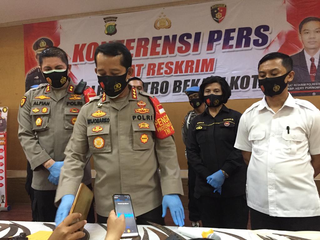 Sebanyak 38 Pelajar Digiring ke Polres Metro Bekasi Kota. Ketika Diperiksa Petugas, 28 diantaranya Kedapatan Bawa Senjata Tajam (Sajam), Selasa, (29/9)