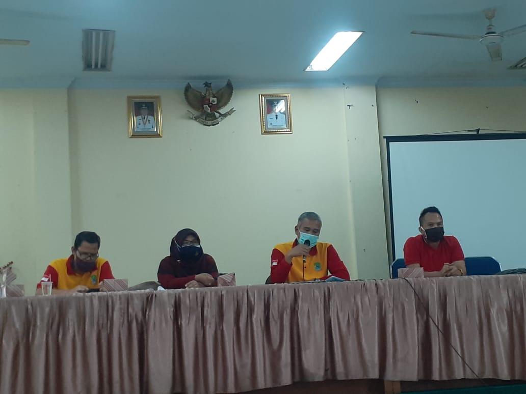 Sekretaris Dinas Pendidikan Kota Bekasi, UU Saeful Midar, Menjelaskan Tahapan Proses Pencairan Dana Hibah, Di Aula Dinas Pendidikan Kota Bekasi Lantai 2, Jumat, (9/10).