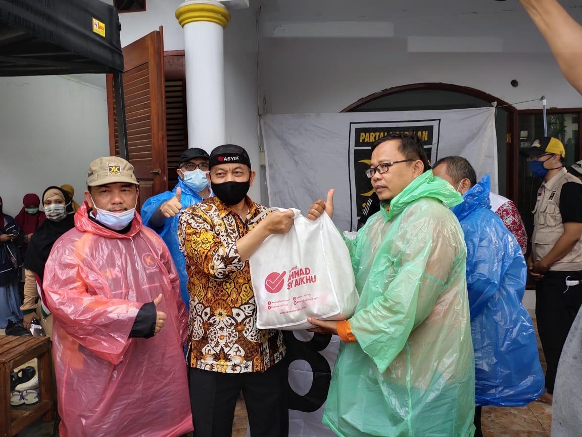 Foto Caption: Presiden PKS, Ahmad Syaikhu memberikan bantuan kepada korban banjir di Jatirasa Jati Asih, Kota Bekasi pada Minggu, (25/10).