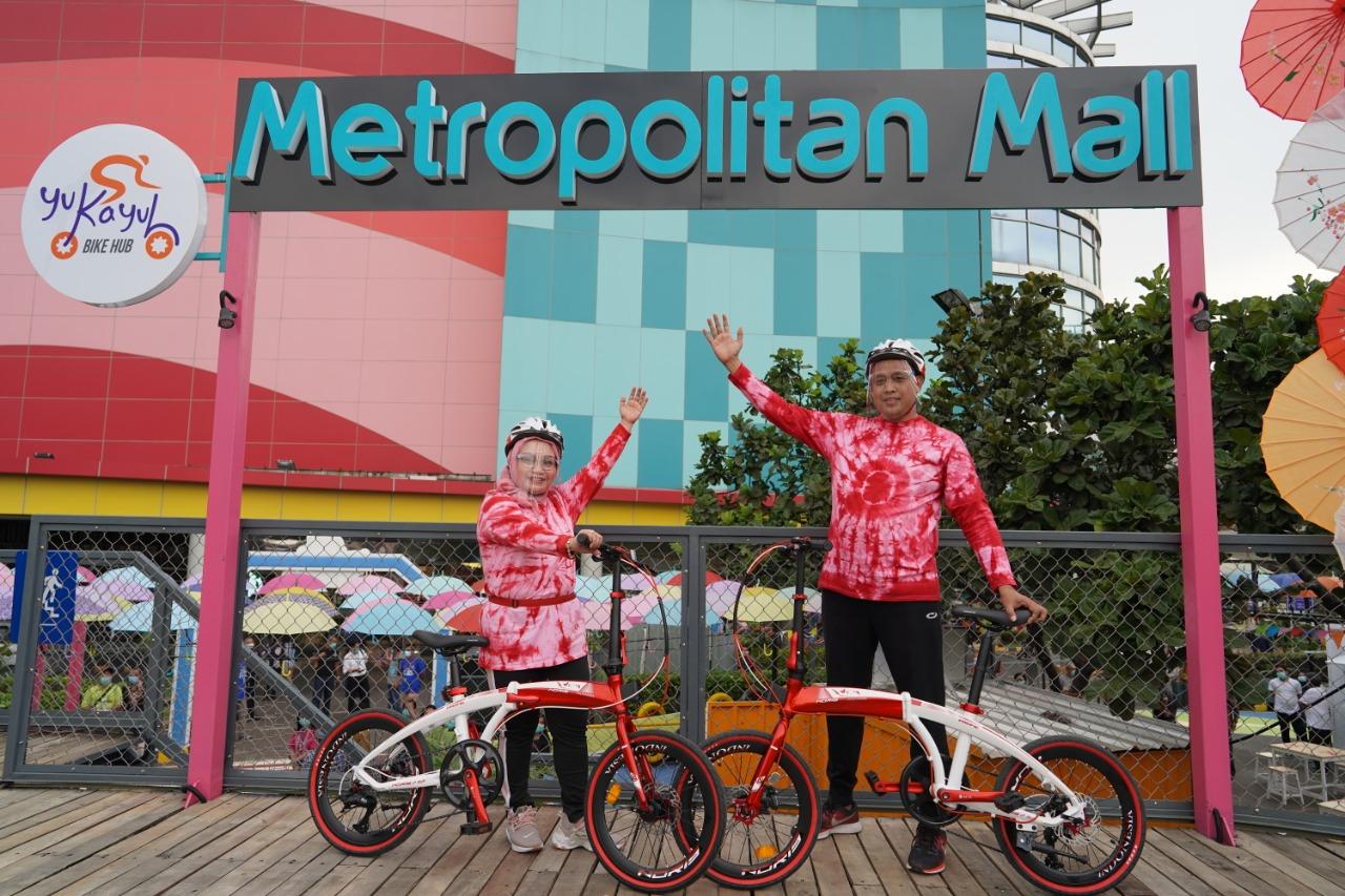 Foto Caption: Wakil Walikota Bekasi, Tri Adhianto bersama Istri Bu Wiwik Ikuti Track Sepeda Layang Pertama Di Bekasi, Jumat, (4/12).