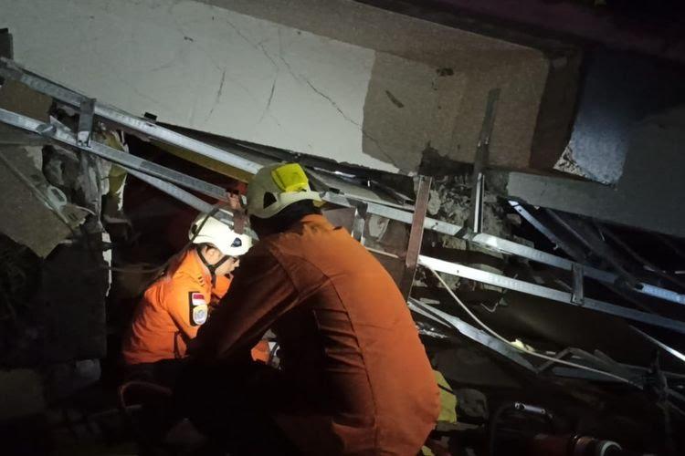 Foto Caption : Petugas Basarnas sedang mengevakuasi korban yang terjebak reruntuhan sebagai dampak gempa di Mamuju, Sulawesi Barat, Jumat, (15/1).