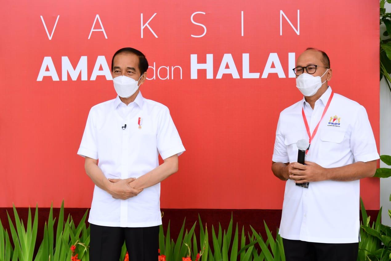 Caption Foto: Presiden Joko Widodo dan Ketum Kadin Rosan P. Roeslani usai mengikuti vaksinasi Covid-19, Rabu, (13/1).