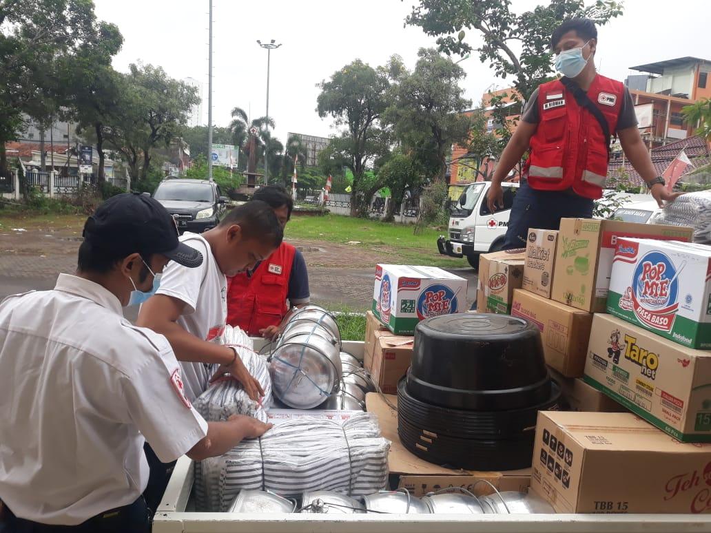 Foto Caption : Packing Logistik Disalurkan ke dalam Mobil Pickup oleh team relawan, Selasa, (19/1).