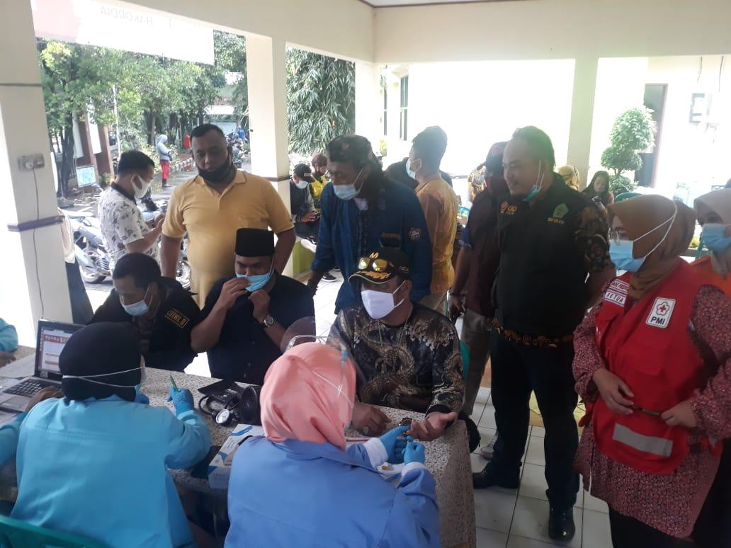 Caption Foto : Proses Administrasi Pendaftaran Sebelum Menjadi Donor Darah Disaksikan Ketua PMI Kota Bekasi,Ade Puspitasari melalui Penyaluran Bantuan Logistik, Kamis, (21/1)