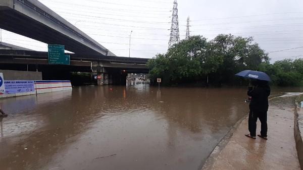 Foto Caption: Banjir di Jalan Raya Kalimalang, Bekasi, Minggu, (24/1).