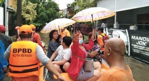 BPBD Kota Bekasi Evakuasi Korban Banjir.