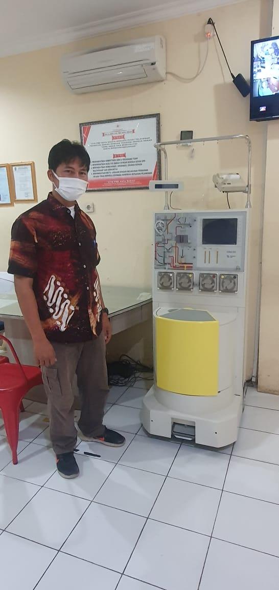 Caption Foto: Staf PMI Kota Bekasi Menunjukkan Alat Donor Darah Plasma Konvalensen di Launching Awal Maret 2021 di Kota Bekasi, Sabtu, (5/2).