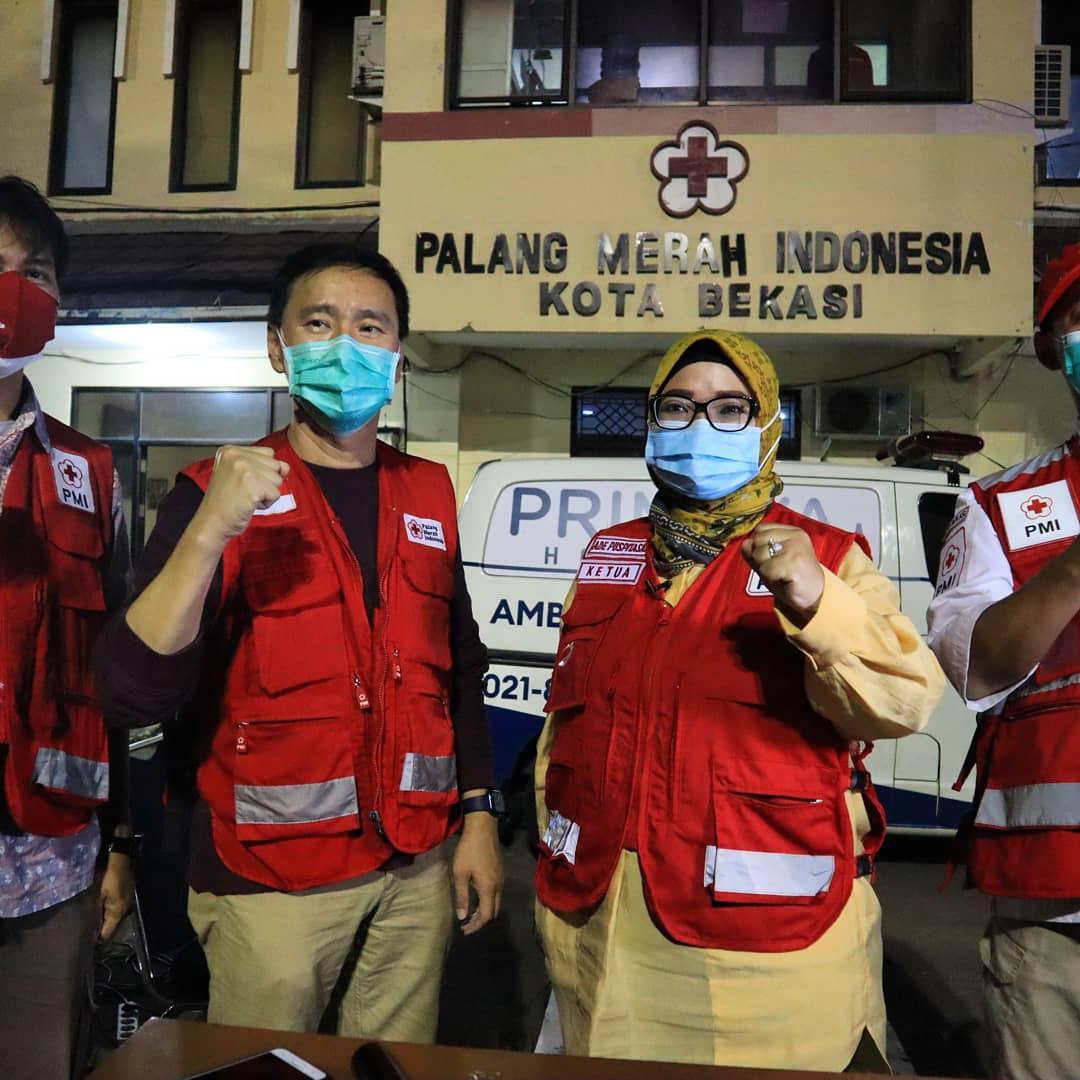 Caption Foto : Ade Puspitasari bersama Relawan SIGAP PMI Kota Bekasi sebelum berangkat Melakukan Sosialisasi dan Edukasi terkait Program Donor Darah Plasma Konvalensen di Gedung PMI Kota Bekasi, Senin, (8/2).