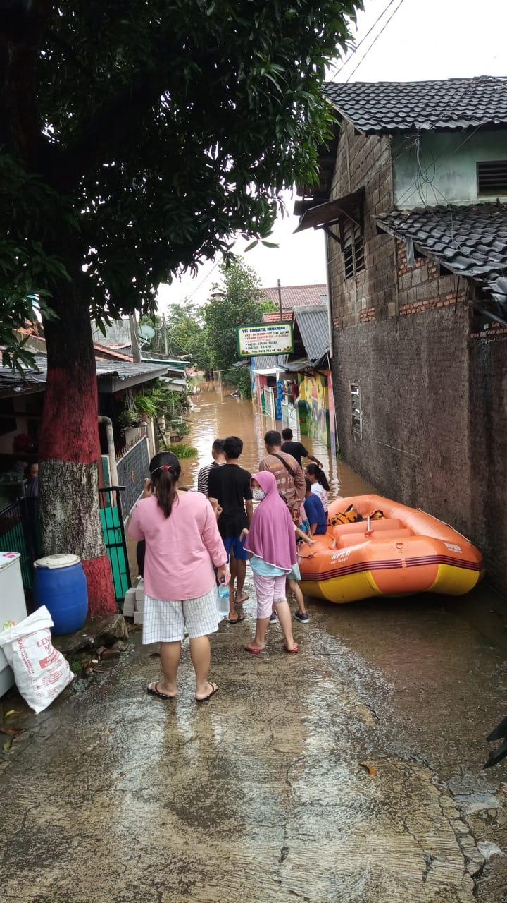 Foto Caption : KPA. Cemapala bersama Irmas (ikatan remaja masjid) 012 sedang melakukan proses evakuasi secara bertahap di wilayah RT 05 Kp. Cakung Kec. Jati Asih, Sabtu, (20/2)