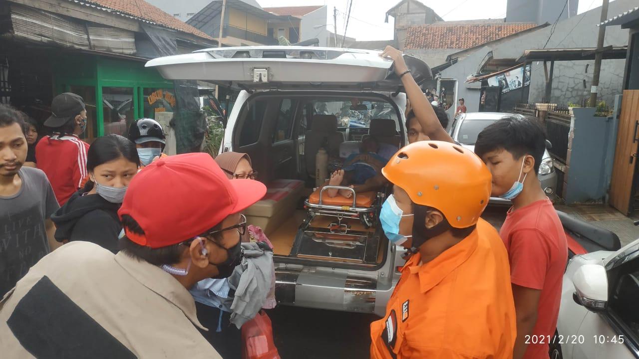 Foto Caption : Relawan FGI (Forum Gerebek Indonesia) Melakukan Proses Evakuasi Warga yang Memiliki Prioritas Penyelamatan, Sabtu, (20/2).