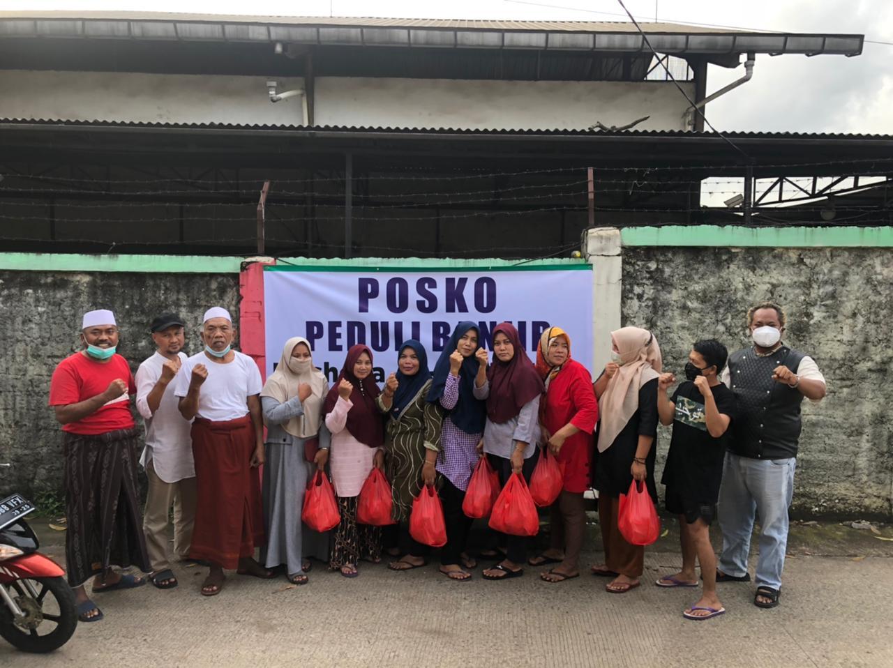 Caption Foto: Syaiful Bahri bersama Tokoh Masyarakat Kp. Cakung RW 012 di Posko Bencana Banjir HSB Center, Sabtu, (20/2).