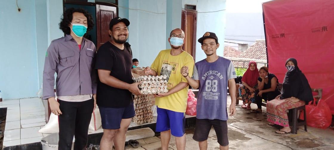 Caption Foto: Ahmad Syifa mewakili Syaiful Bahri, Berikan Bantuan Logistik dan Makanan Siap Saji kepada Ketua RT 05 Kp. Cakung Slamet Jumanto di temani relawan dari Irmas 012 dan Komunitas KPA.Cempala