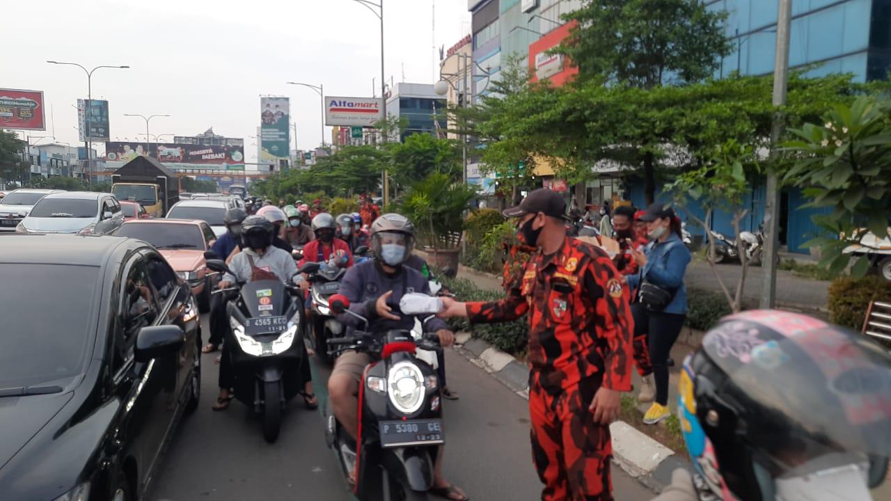 Komando Inti Mahatidana MPC Kota Bekasi, berbagi takjil kepada para pengendara yang melintas di simpang Jalan Ahmad Yani, Kota Bekasi, Sabtu, (2/5).